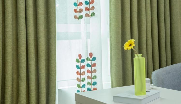 Sử dụng thêm lớp voan đồng màu sẽ tạo sự hài hòa hơn cho căn phòng