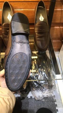 Phần đế phíp gỗ cao cấp được khâu lại tăng thêm sự chắc chắn cho đôi giày
